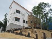 高台にある眺めのいいシンプルモダンな家1
