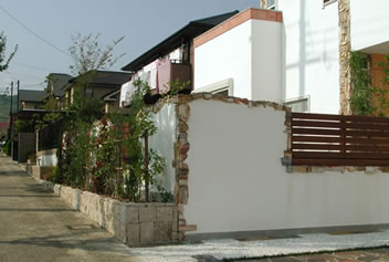 しっくいの外壁とタイルを並べたおしゃれなアプローチ2