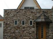 天然石と三角屋根の家1